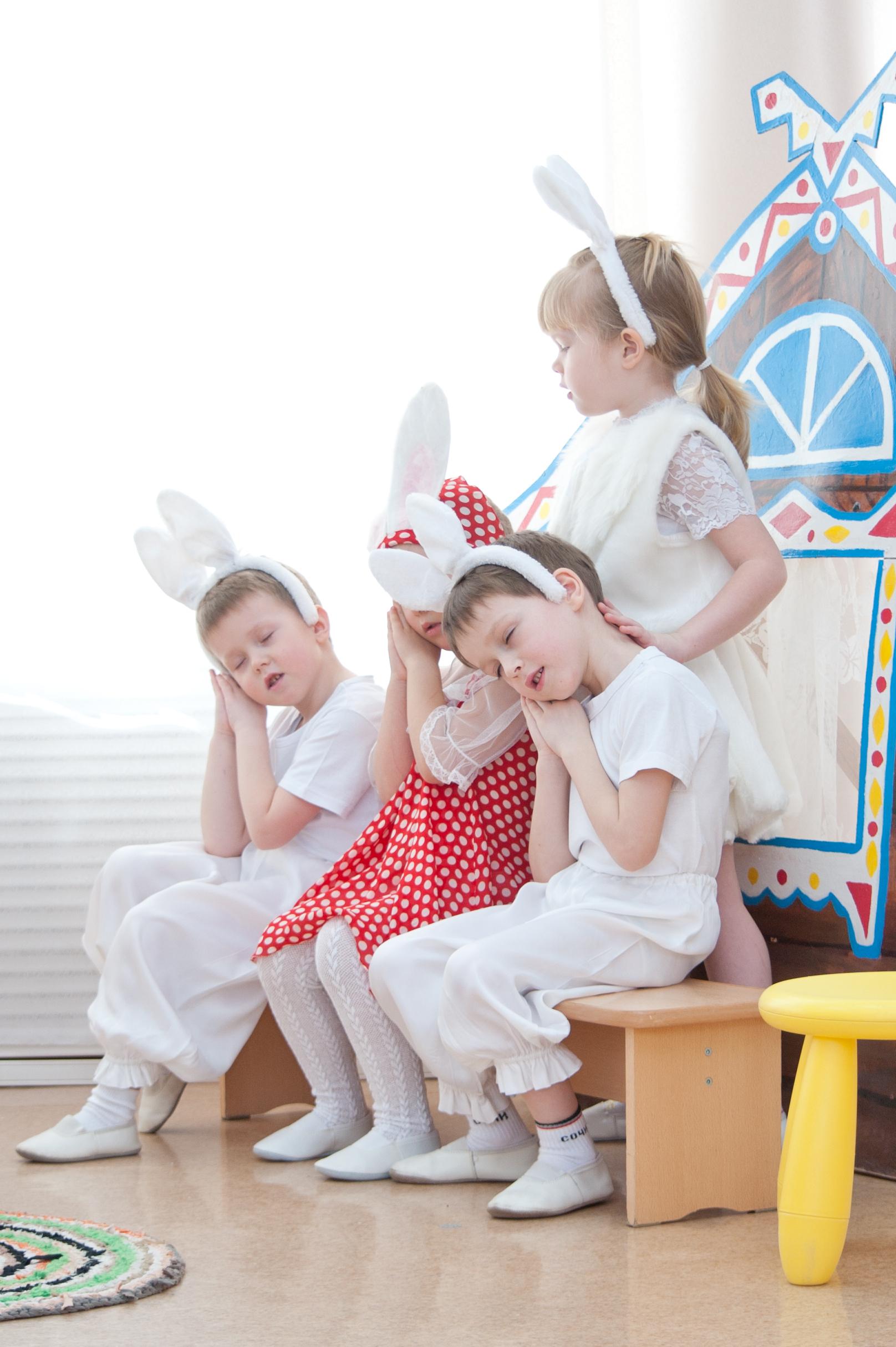 Спите, зайчата, глазки закройте